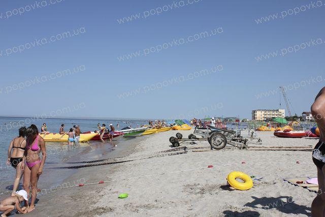 Катамараны, бананы, скутера на пляже в с.Поповка.