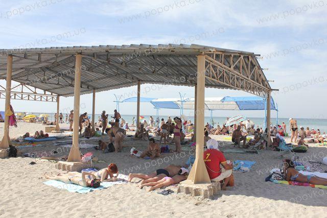 Навесы от солнца на пляже в с.Поповка.
